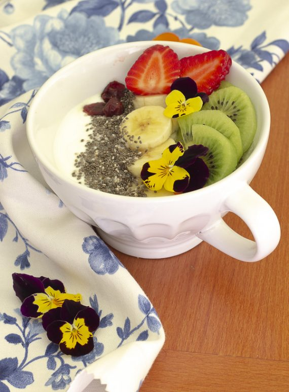 yogurt e frutta e semi di chia